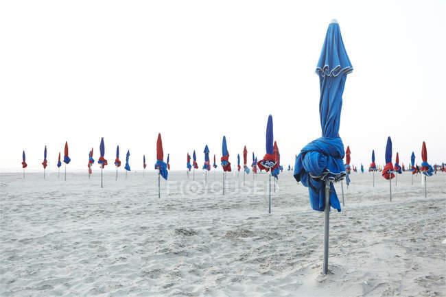 França, Normandia, Deauville, Sunshades na praia — Fotografia de Stock