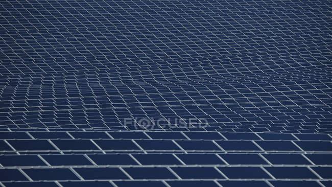 Gros plan sur les panneaux solaires modernes à la lumière du jour, Bavière, Allemagne — Photo de stock