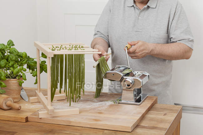 Man preparing green tagliatelle — Stock Photo