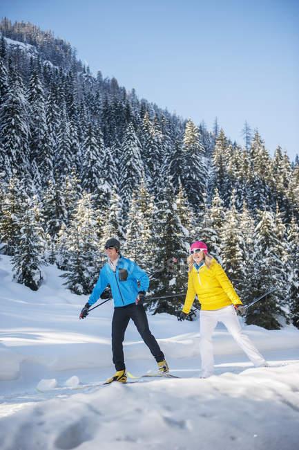 Австрія, Зальцбург країни, Altenmarkt-Zauchensee, молода пара Бігові лижі — стокове фото