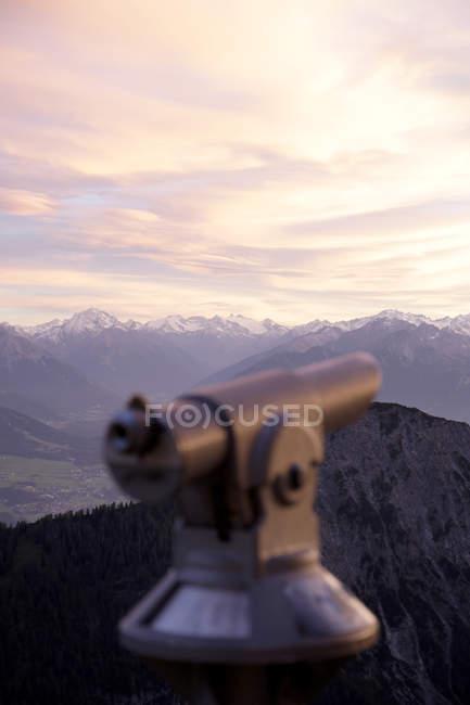 Austria, Tryrol, Veduta delle Alpi con telescopio in primo piano — Foto stock
