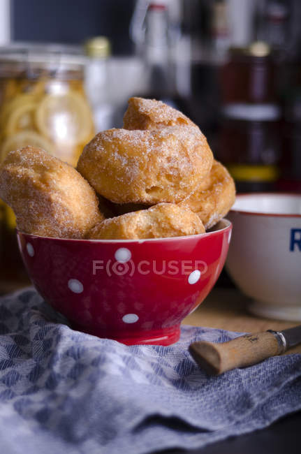 Bowl with homemade curd doughnuts on cloth — Stock Photo