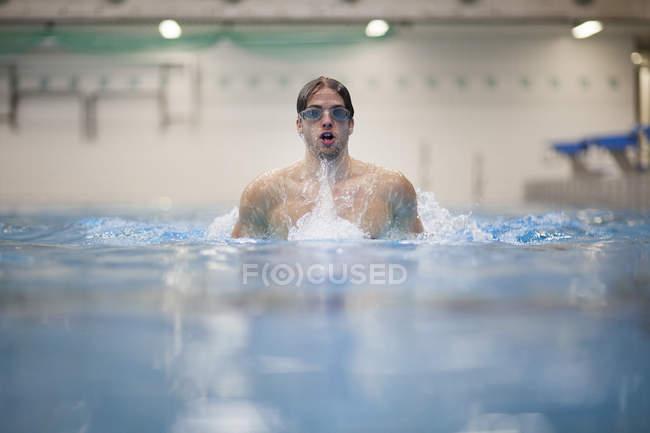 Nadador de peito na piscina interior — Fotografia de Stock
