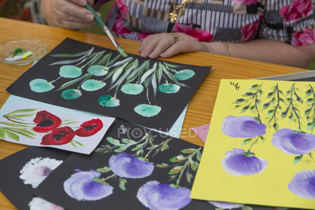 Pittura donna anziana in giardino — Foto stock