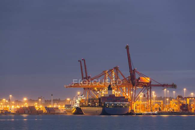 Контейнерный корабль в Ванкувере, освещенный ночью, Ванкувер, Бурард-Инлет, Британская Колумбия, Канада — стоковое фото