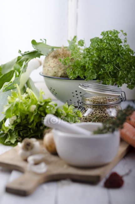 Verts, les légumes ingrédients et les lentilles sur table, gros plan — Photo de stock