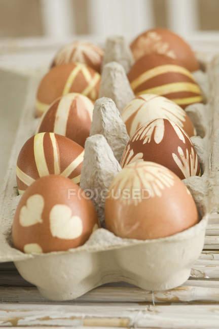 Pintar huevos de Pascua en carton de huevo - foto de stock