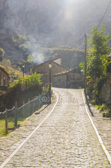Spagna, Asturia, Parco Nazionale Picos de Europa, Ruta del Cares, Villaggio Caino durante il giorno — Foto stock