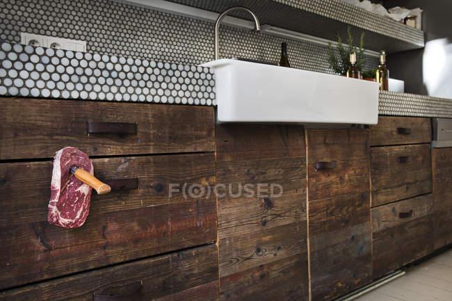 Interior de la cocina con carne a cuchillo - foto de stock