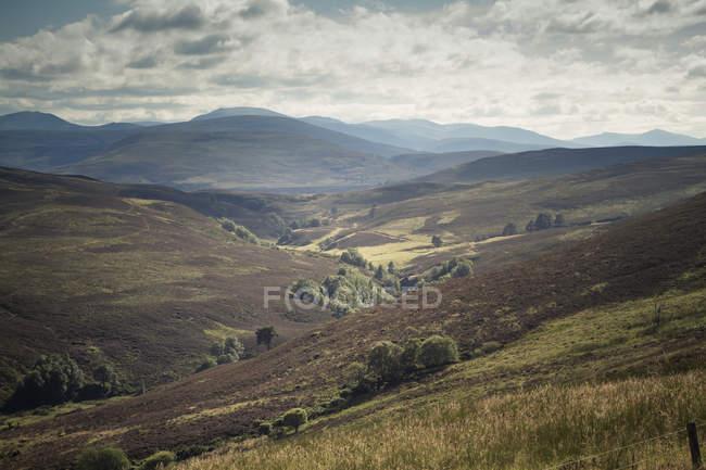 Paisaje de Gran Bretaña, Escocia, en la comarca de Inverness - foto de stock