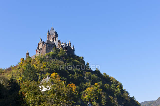 Germany, Rhineland Palatinate, Bottom view of Imperial Castle in Cochem on hill — Stock Photo
