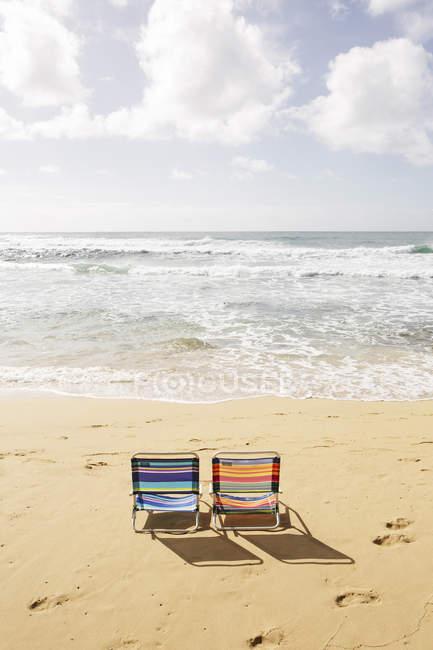 Sedie da spiaggia USA, Hawaii, sulla spiaggia sabbiosa — Foto stock