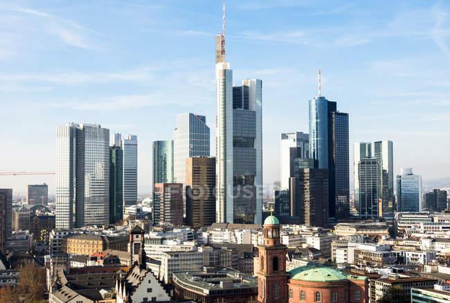Malerische Aussicht auf Frankfurt Am Main-Stadtansicht mit Bankenviertel in hellen Sonnentag, Deutschland, Europa — Stockfoto