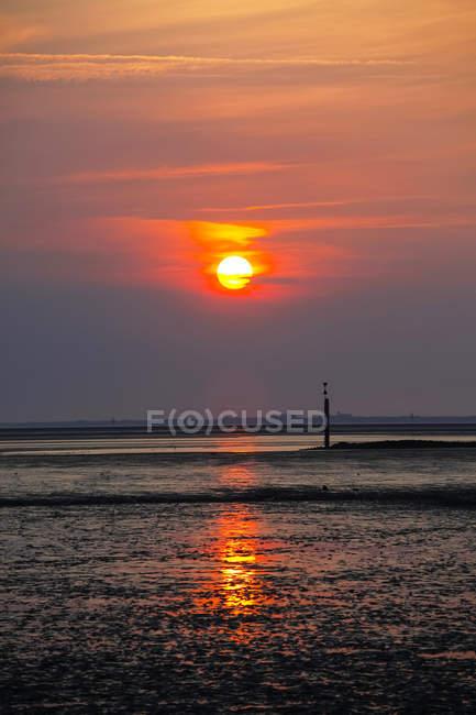 Germania, Veduta della bassa marea al mare del nord durante il tramonto — Foto stock