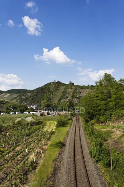 Німеччина, Рейнланд-Пфальц, залізничні відстежувати перед замок денний час — стокове фото