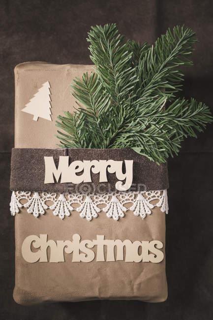 Vue de dessus de cadeau de Noël sur le cuir rustique — Photo de stock