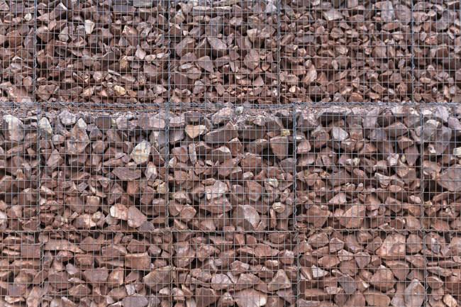 Pedras vermelhas na caixa ao ar livre — Fotografia de Stock