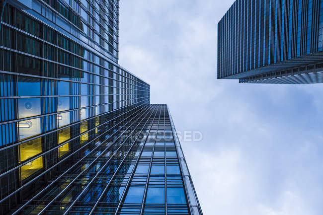 Extreme Würmer aus der Perspektive von Fassaden im Finanzviertel, den Docklands, London, Großbritannien — Stockfoto
