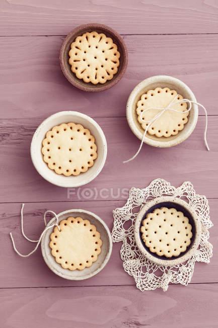 Маленький чаши с сдобное печенье с дизайн игра в прятки — стоковое фото