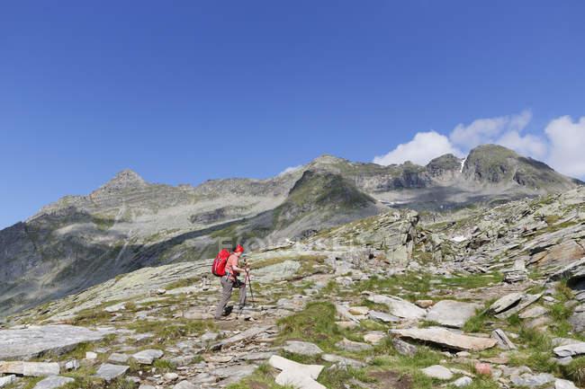 Österreich, Carinthia, Obervellach, Hohen Tauern, Reisseckgruppe, weibliche Wanderer vor Kammwand, Grubelwand und Riedbock — Stockfoto