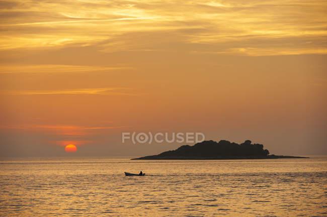 Croatie, Vrsar, Coucher de soleil sur la mer avec bateau — Photo de stock