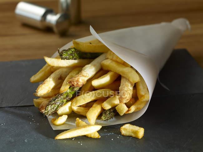 Frittierter grüner und weißer Spargel mit Pommes — Stockfoto