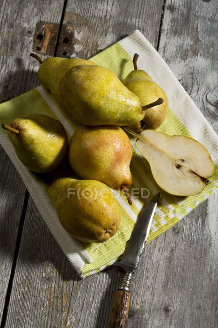 Williams pears and knife — Stock Photo