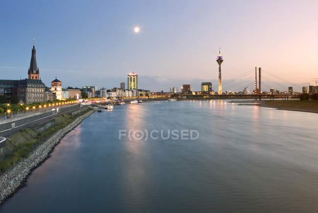Allemagne, North Rhine-Westphalia, Dusseldorf, Rhin au crépuscule — Photo de stock