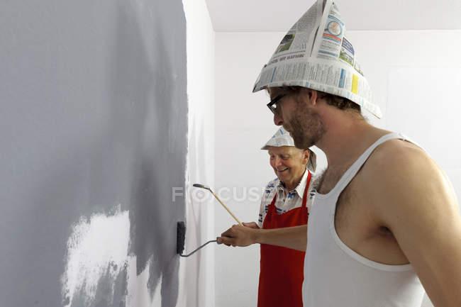 Усміхаючись діда і онука стіна живопис — стокове фото