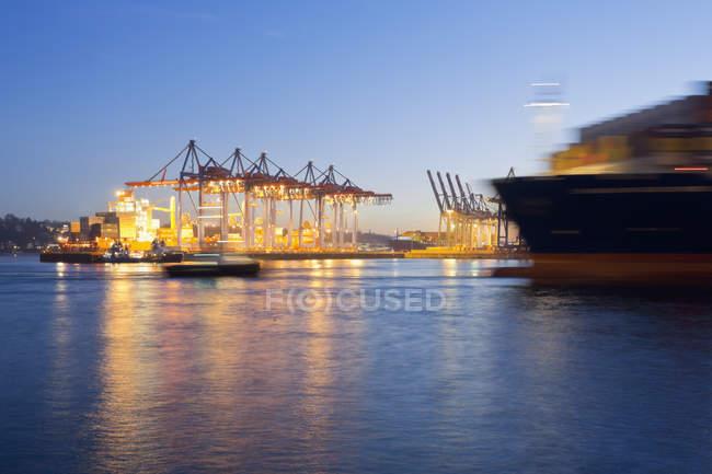 Германия, Гамбург, городская гавань на реке Мбаппе с размытым видом на контейнеровозы — стоковое фото
