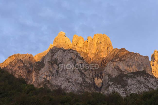 Spain, Cantabria, Picos de Europa National Park, Mountain massif Pena Remona in evening light — Stock Photo