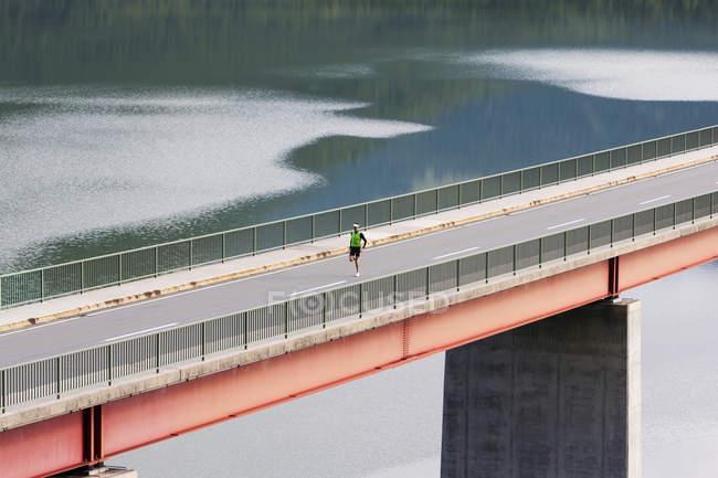 Германия, Бавария, мужской бегун на мосту возле плотины Sylvenstein — стоковое фото