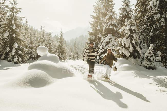 Raquettes en couple dans le paysage hivernal d'Altenmarkt-Zauchensee, Salzbourg, Autriche — Photo de stock
