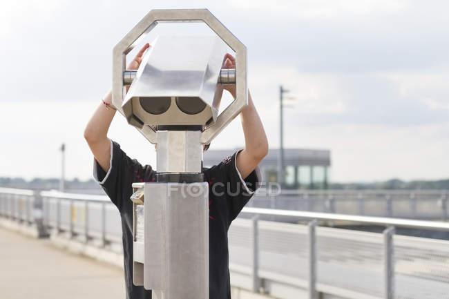 Alemania, Duesseldorf, Niño jugando con prismáticos operados con monedas - foto de stock