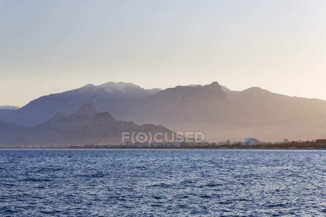 Turkish Riviera with Konyaalti Beach and Taurus Mountains at Antalya, Turkey, — Foto stock
