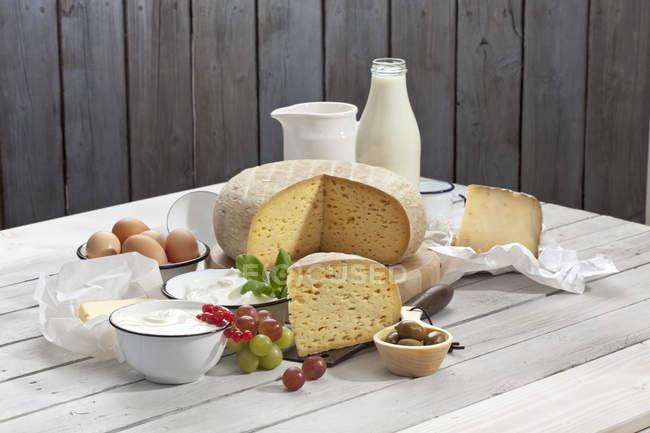 Productos lácteos a mesa de madera - foto de stock