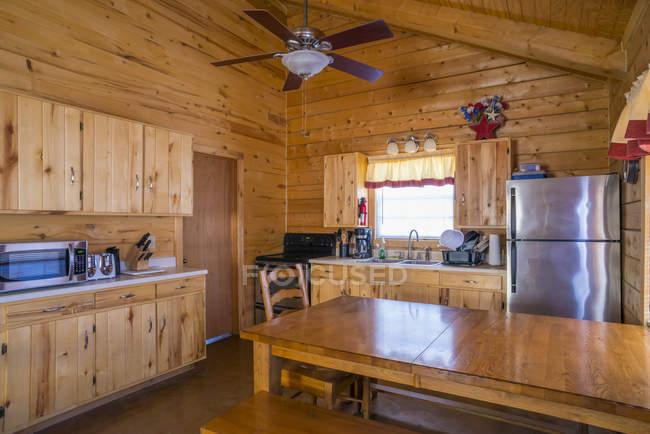 Casa rustica log cabin interni con cucina e zona pranzo la progettazione al coperto stock - Casa rustica interni ...
