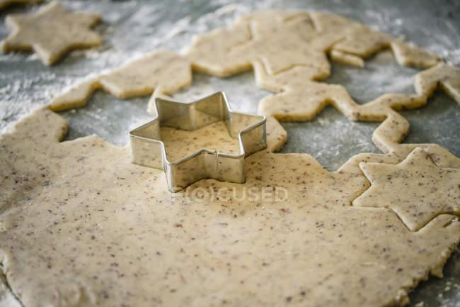 Cortar estrellas galletas de Navidad en forma - foto de stock