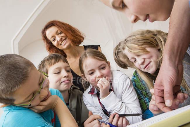 Primo piano di apprendimento con l'insegnante durante la lezione — Foto stock