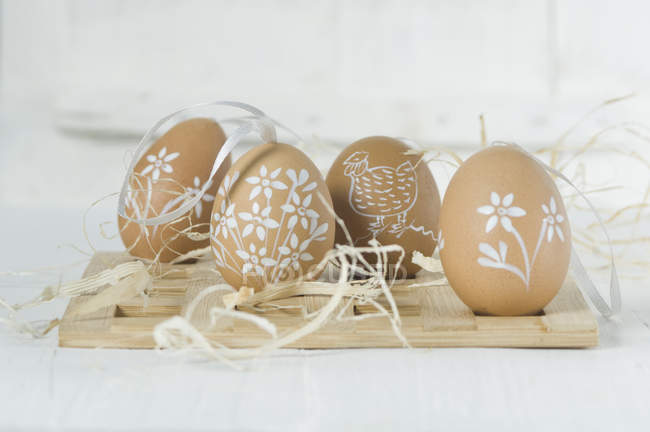 Ovos de Páscoa pintados com staw — Fotografia de Stock