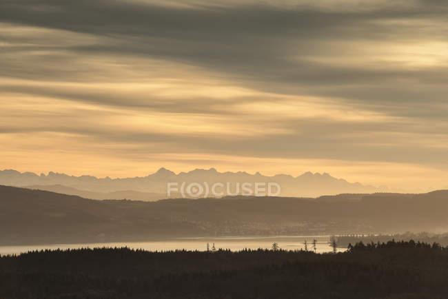 Германия, Гельзенберг, вид через Боденское озеро в швейцарские Альпы — стоковое фото