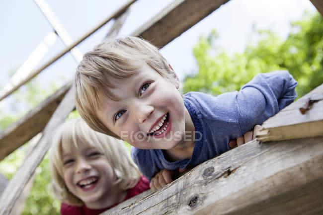 Портрет счастливых мальчиков, играющих на детской площадке — стоковое фото