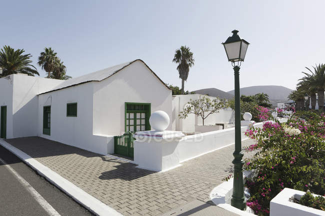 Espanha, Lanzarote, Yaiza, Casa Branca no passeio — Fotografia de Stock