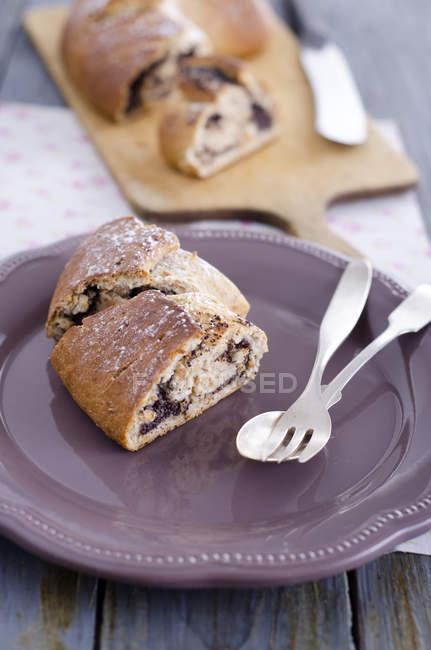 Panino di lievito fresco intrecciato con semi di papavero su piastra — Foto stock