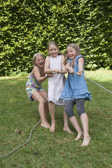 Chicas jugando tira y afloja en una fiesta de cumpleaños - foto de stock