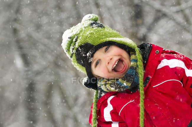 Retrato de menino com a boca aberta, olhando para a câmera no inverno — Fotografia de Stock