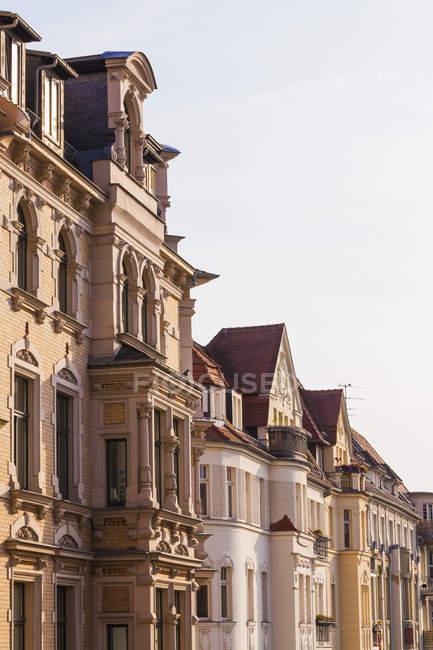 Allemagne, Saxe-Anhalt, Halle, rangée de maisons de ville restaurés — Photo de stock