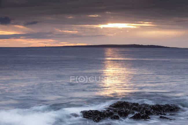 Vue de la côte rocheuse sur la mer ondulée près de Doolin, comté de Clare, Irlande — Photo de stock