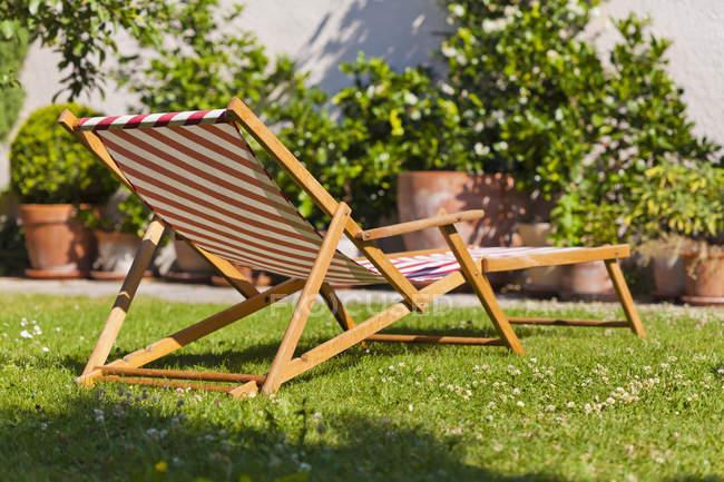 Germany, Stuttgart, Sun lounger in garden with green grass — Stock Photo