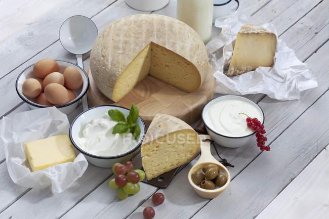 Молочные продукты на деревянный стол — стоковое фото